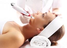 Kosmetyczka wykonuje zabieg mezoterapii igłowej